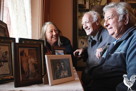 • Anne Chapple shares a story about Anzac Cottage with Bob Legget and Jack Bell. Photo by Steve Grant