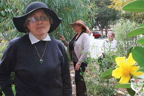 • Jenny Hopwood of the Claise Brook Catchment Group, Water Corp's Adele Gismondi and former Vincent council Dudley Maier enjoy Ross and Janis's garden. PhotobySteveGrant